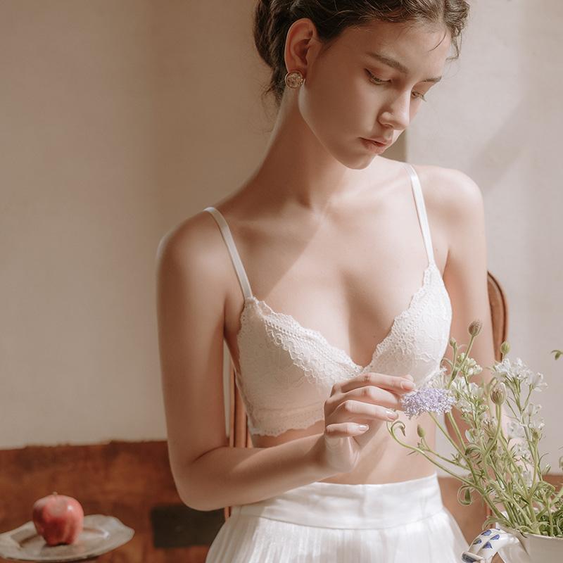 六楼法式内衣女三角杯文胸蕾丝无钢圈小胸聚拢秋冬超薄款胸罩套装