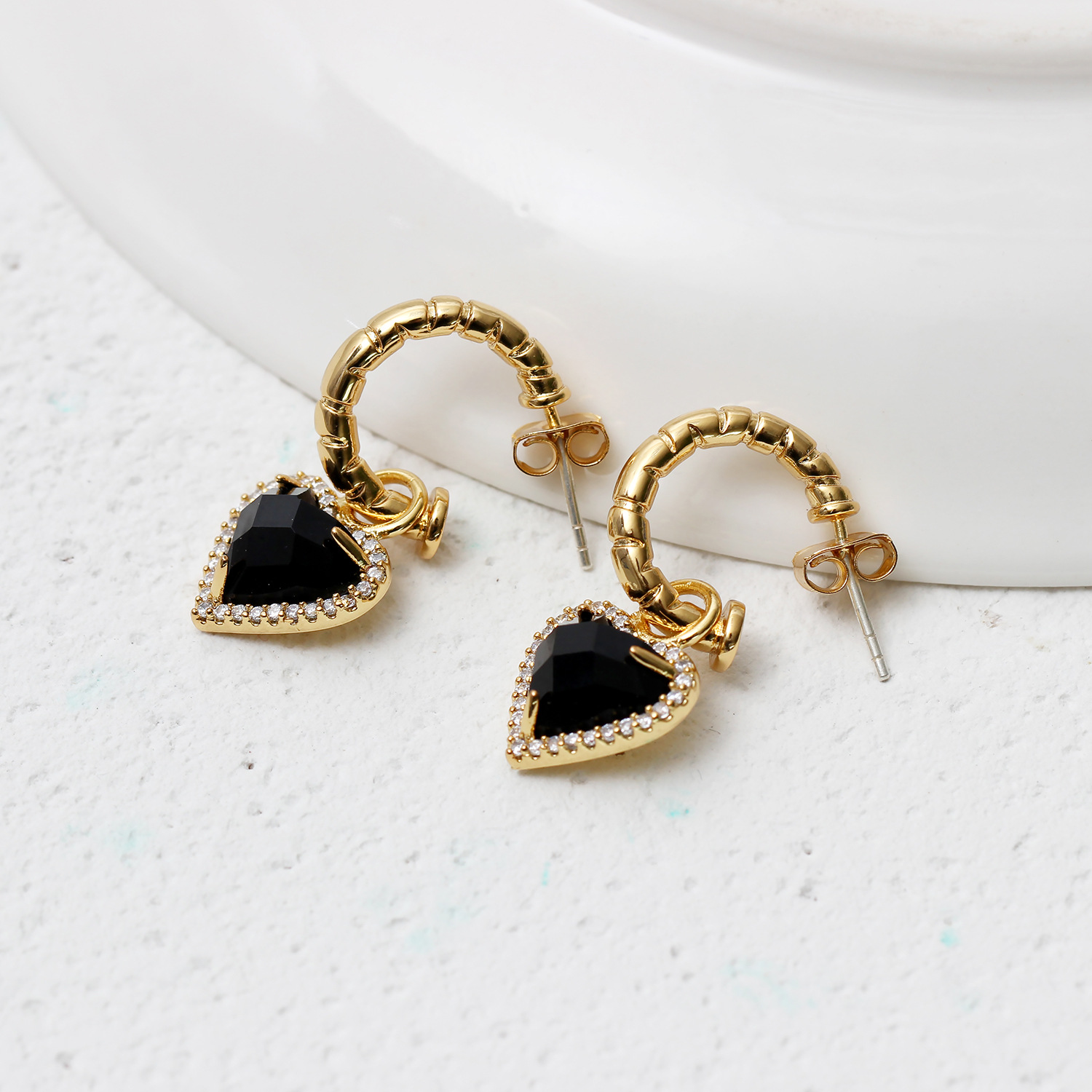 Fashionable, light and luxurious, elegant, copper plated gold inlaid diamond heart-shaped Black Crystal Gemstone Earrings, exaggerated Earrings
