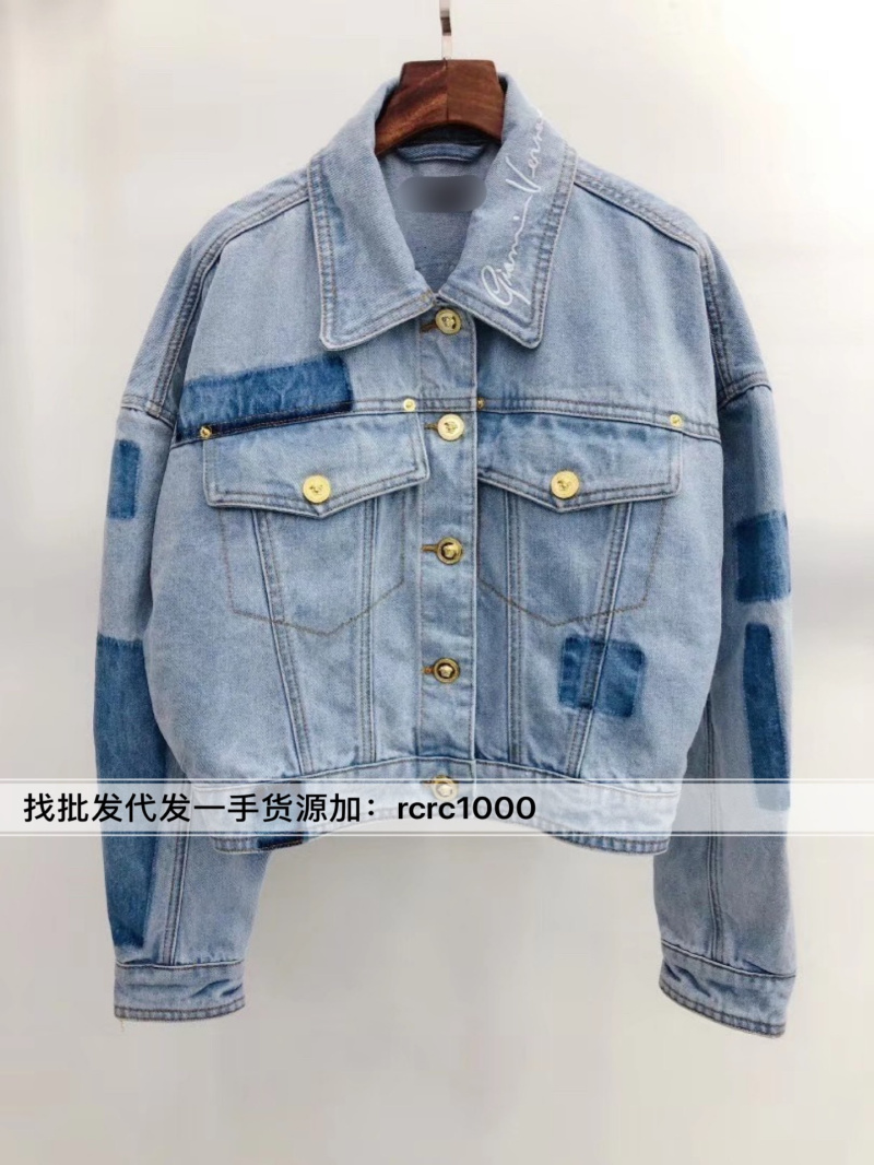 Europe station spring / summer 2020 new womens old light blue washed shadow neckline small letter Embroidered Denim Jacket