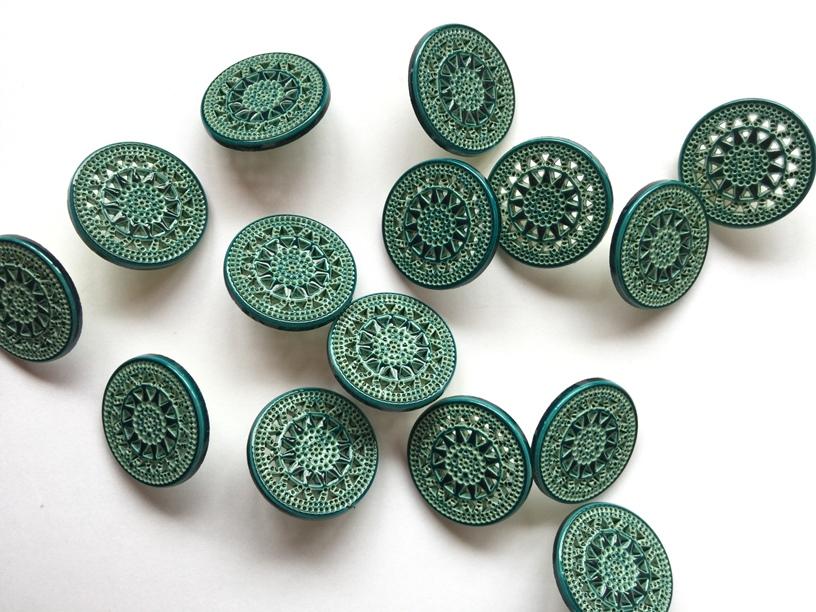 英国 Textile Garden 光亮蓝绿色雕刻花样纽扣 18mm 一颗