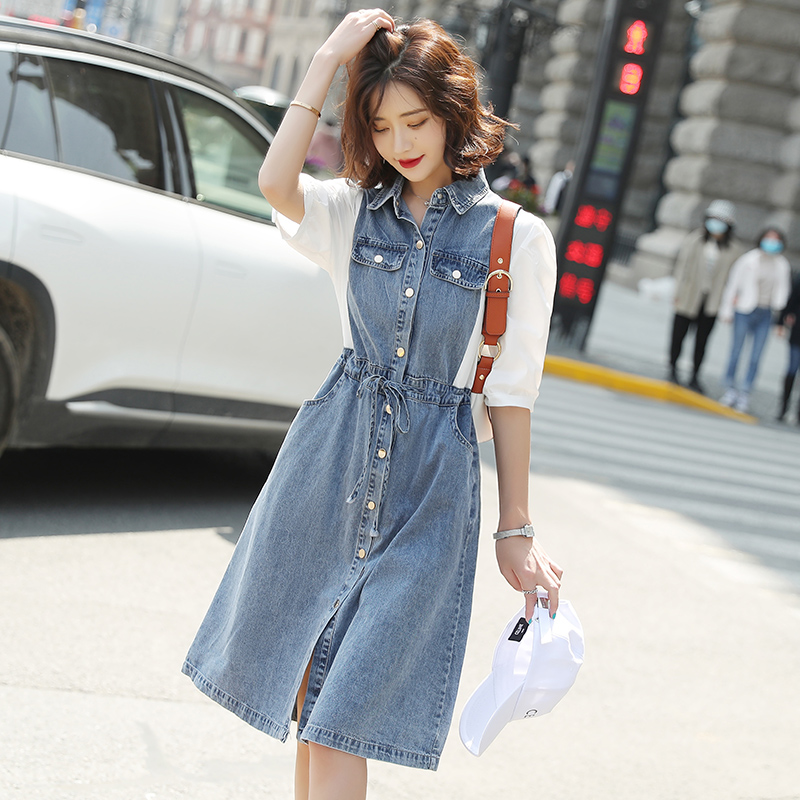 The new fashion single breasted skirt is loose and thin. Denim stitched dress is tied and waist closed skirt