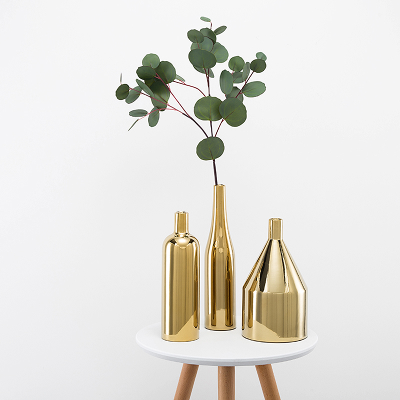 真鍮金色の花瓶北欧三点セットの花器ロイヤルモデルルームに座敷用の陶磁器生け花花瓶を置く。
