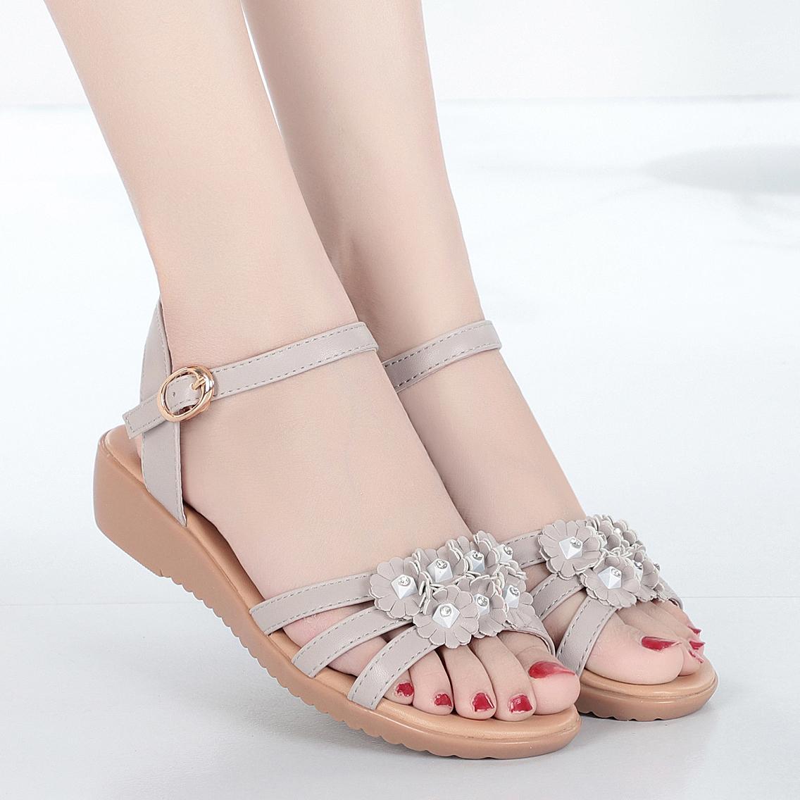 夏季2020新款中年平底花朵女涼鞋真皮軟底中老年大碼媽媽涼鞋女