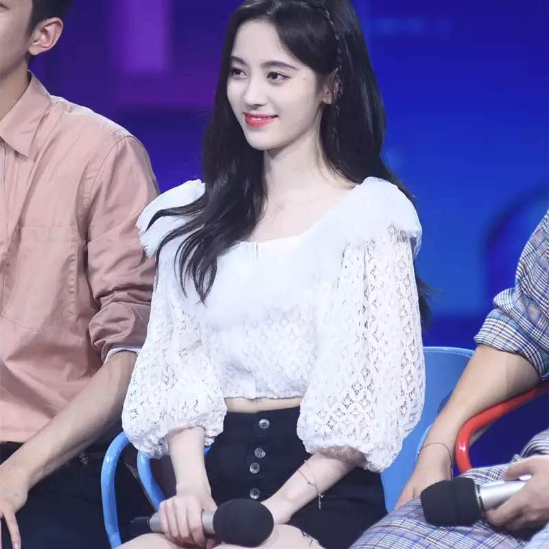 Ju Jingyi stars same Lace Ruffle open waist short top with high waist and thin edge denim shorts suit