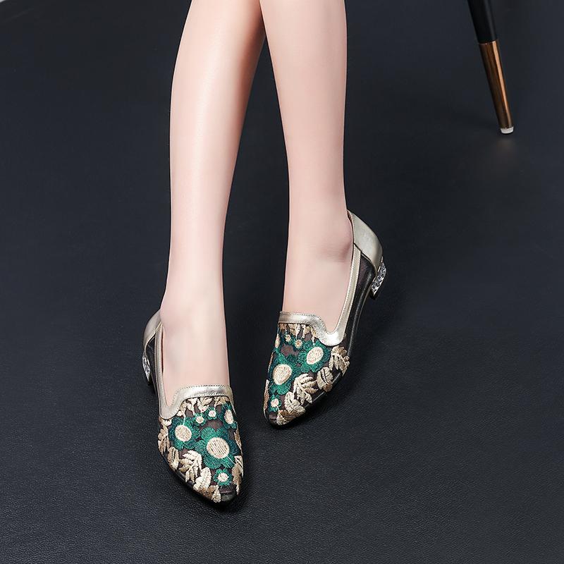 民族风镂空绣花凉鞋女舒适软底夏季妈妈鞋网纱尖头大码女鞋41-43