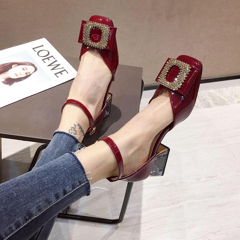 包头凉鞋2021夏新款女鞋春季中跟粗跟时装红色高跟一字扣中空单鞋
