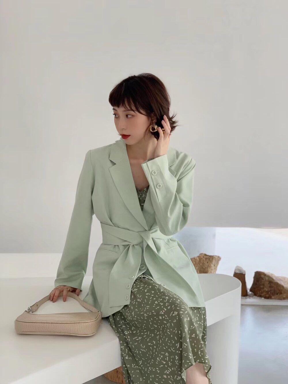 Early autumn 2019 new Hong Kong Style ins advanced sense, clean color, thin temperament, casual belt, suit, coat, girl