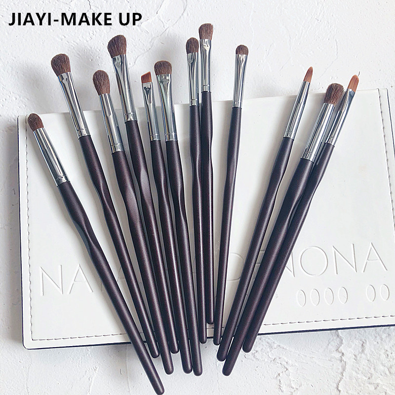 The owner recommends 12 sets of eye shadow brushes, a bevelled nose shadow brush, and a brow brush.
