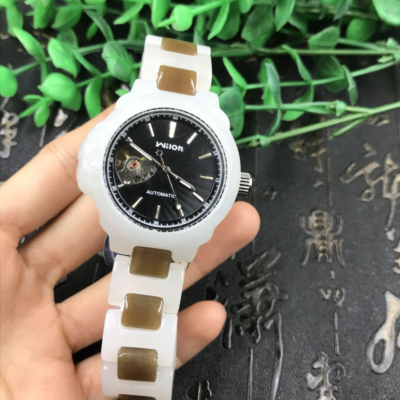 新疆と田玉白玉の白い度の良い機械時計の腕時計は争って分を争って秒のペンダントの85グラムを包んで男性の金を郵送します。