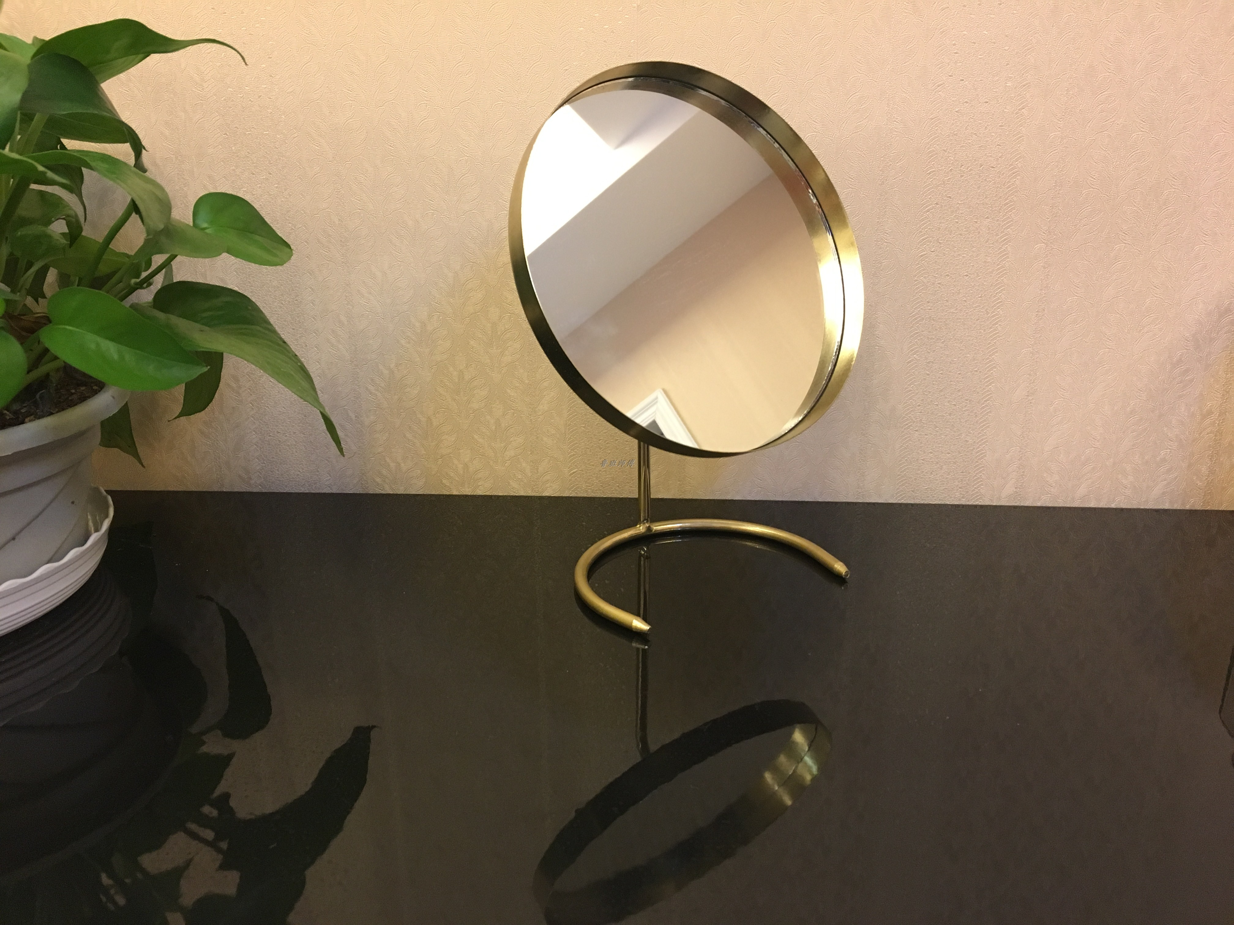 券后22.80元金色圆形梳妆镜化妆镜创意黑色装饰女生桌面装饰摆件