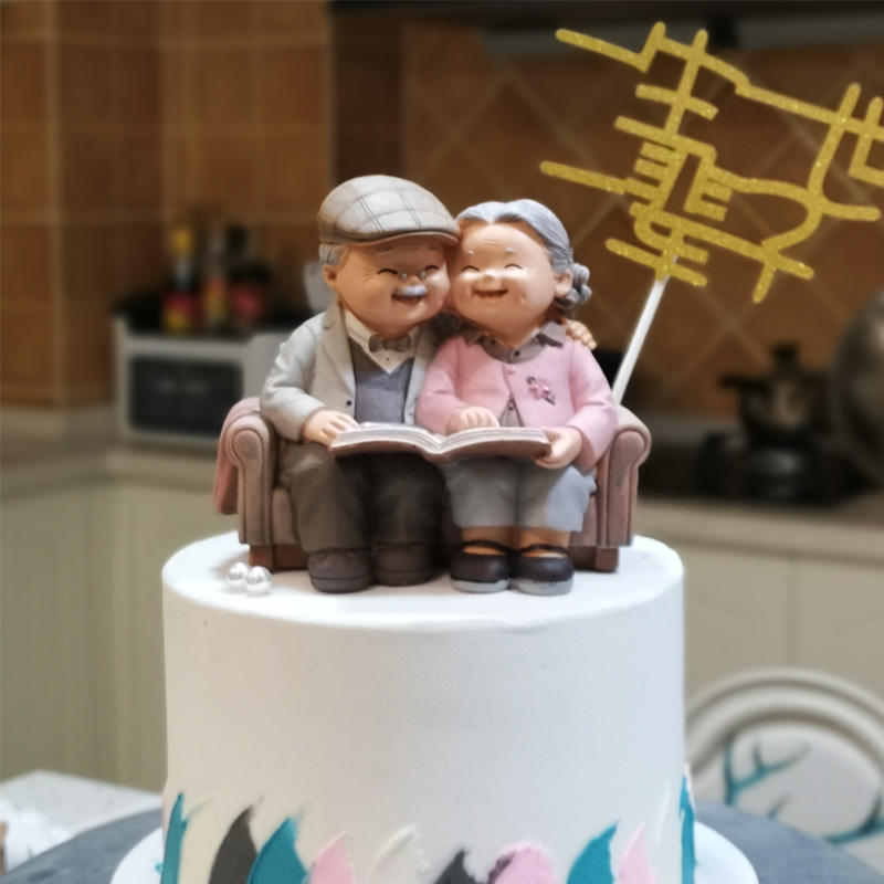 Love accompanies cake baking ornaments the whole life of grandparents