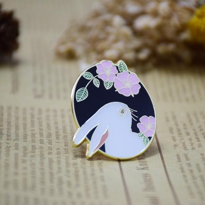 云野集原创设计兔子花园蔷薇动物优雅知性镀金胸针徽章礼物配饰
