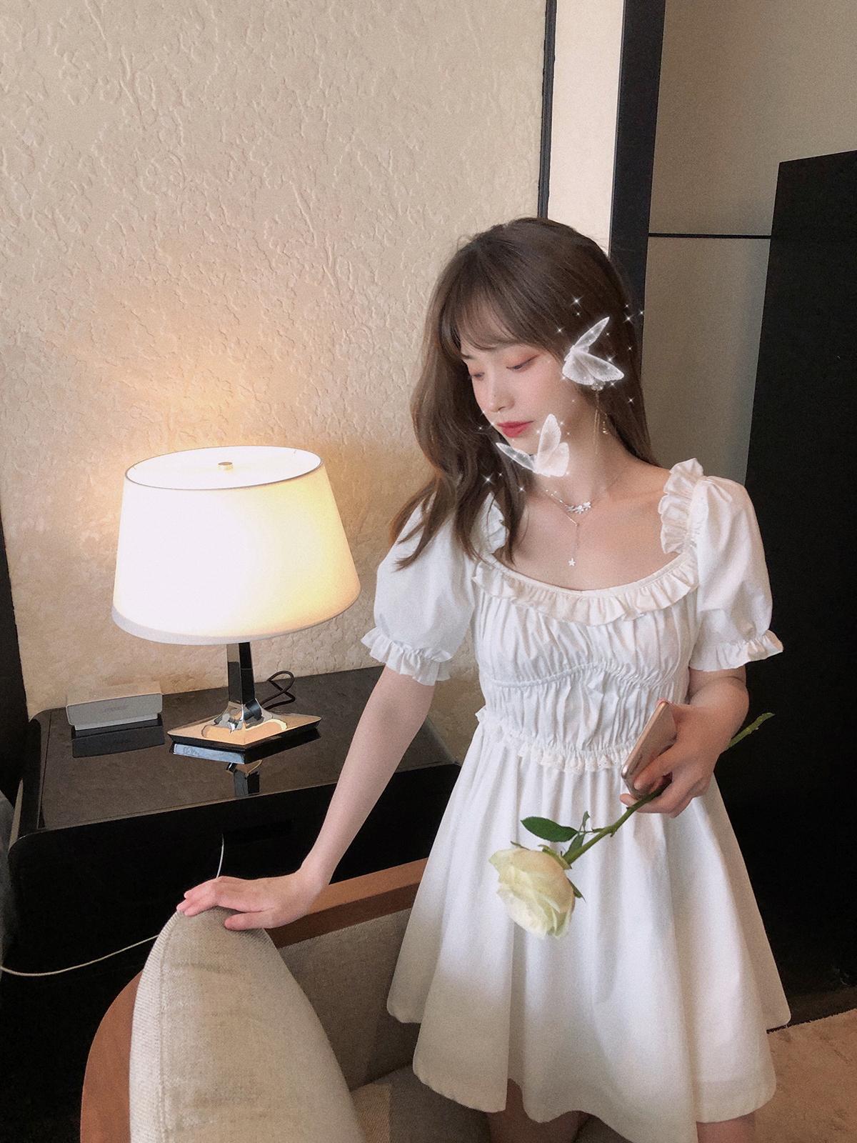 珍珍家仙气白色方领松紧褶皱连衣裙女夏季泡泡袖木耳边一字肩裙子