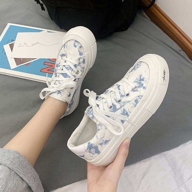 Patterned canvas shoes for female students