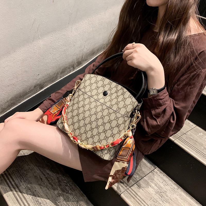 秋冬上新包包女2019网红时尚丝带水桶包韩版高级感洋气印花单肩包