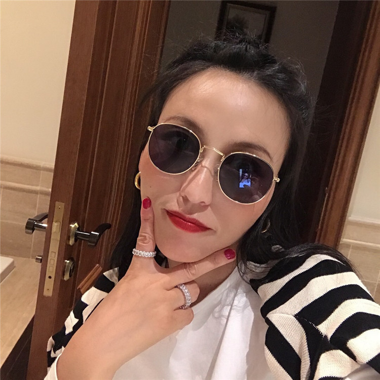 Wang Peipeis store is fashionable, and the European and American small round frame fashionable cool sunglasses are popular, and the black super couples sunglasses are popular