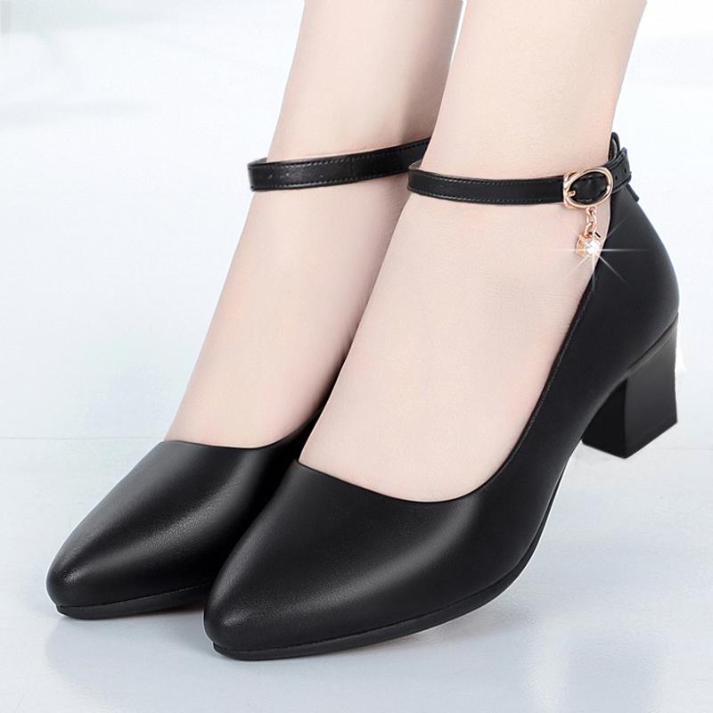 女單鞋2020新款粗跟一字扣中跟軟底真皮鞋中老年媽媽走秀跳舞皮鞋