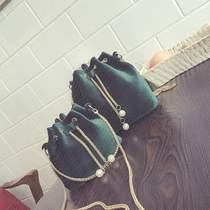 女包包2019秋冬新款时尚丝绒迷你水桶包链条小包韩版单肩斜挎女包