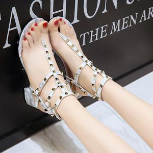 凉鞋女夏高跟鞋粗跟夹趾中跟百搭2020新款铆钉一字扣带铆钉罗马鞋