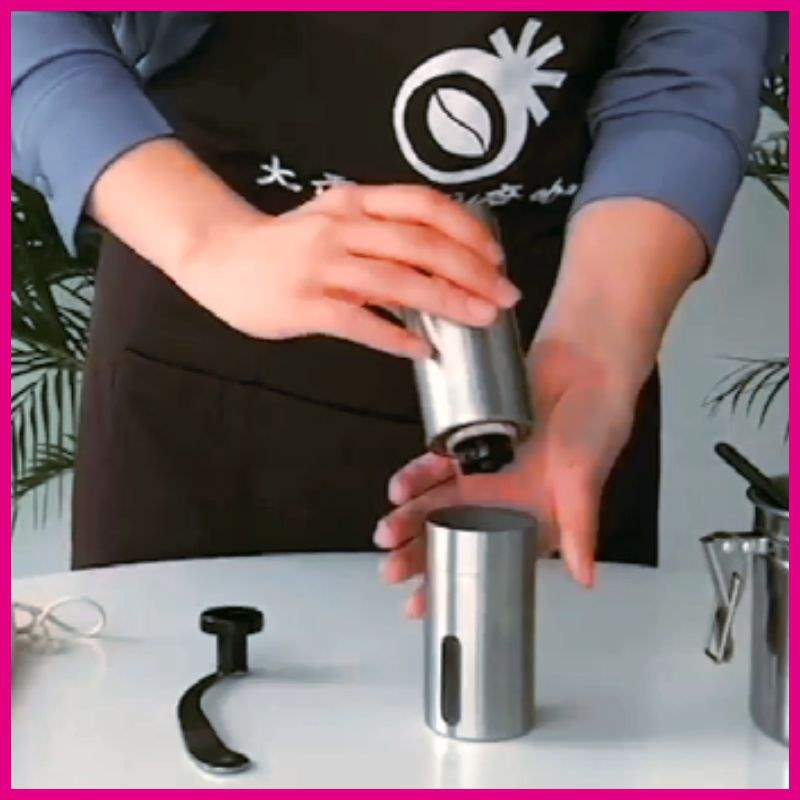 エリート弁護士?東同項手磨きコーヒーマシン羅?ステンレスは手でコーヒー豆研削機を磨きます。