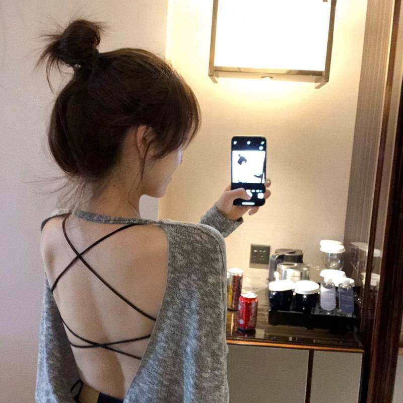 Xiaoxinji open back top half of Xias clothes are lost to naked back girls