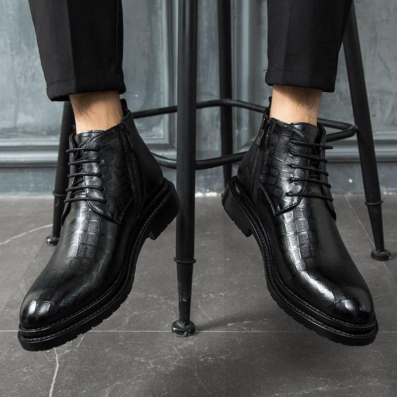夏の空気を通すマルチィンの靴の男性の中で革靴を高く手伝います。ビジネスの正装の側のファスナーの男性の靴のイギリス風です。