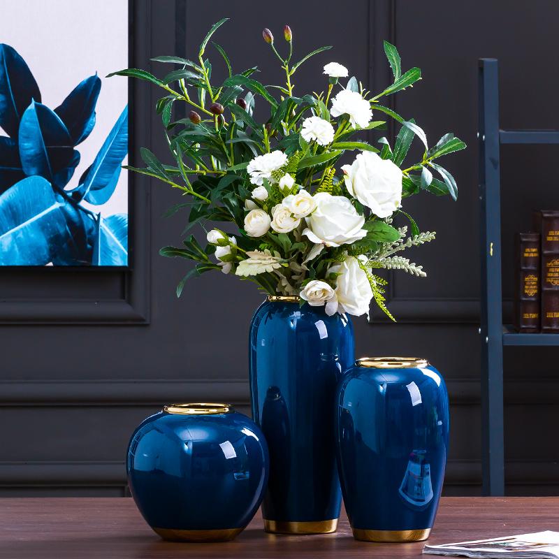新中国式のシンプルな陶磁器と青い花瓶の生け花が豪華な三点セットになっています。