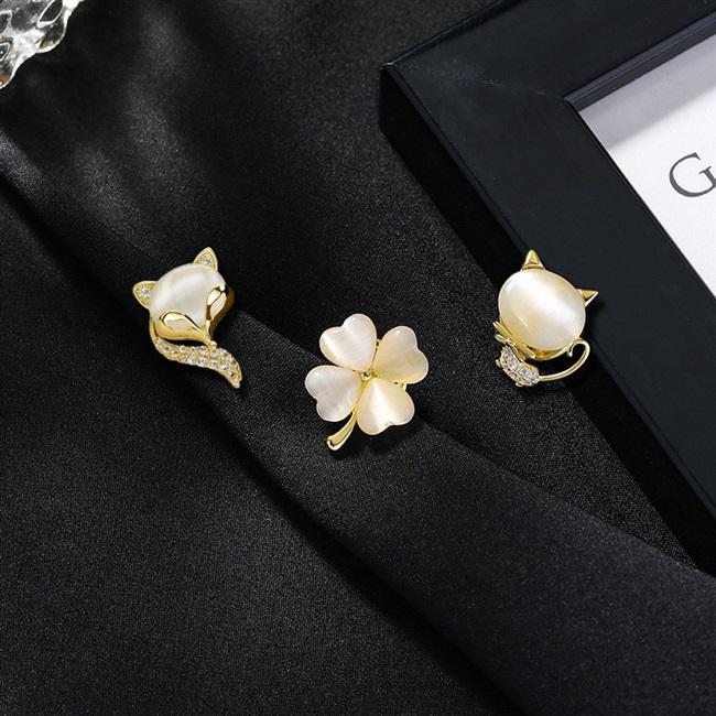 Cute little pin cat Japanese girl small fresh Brooch Design Sensational neckline anti light buckle accessories