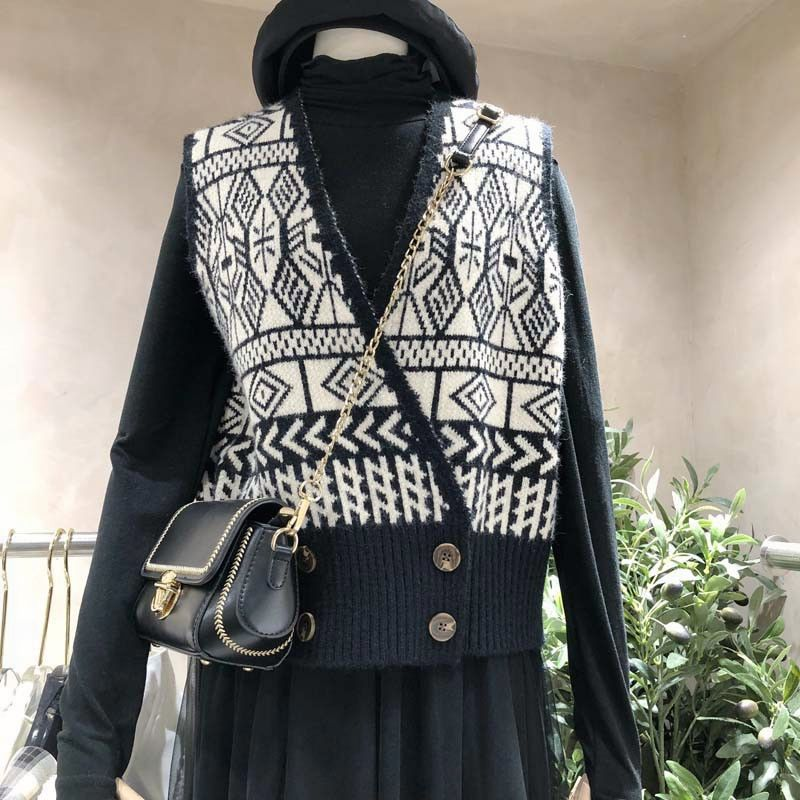 Korean dongdamen spring and autumn retro pattern temperament, thin and age reducing, versatile V-neck knitted vest blouse