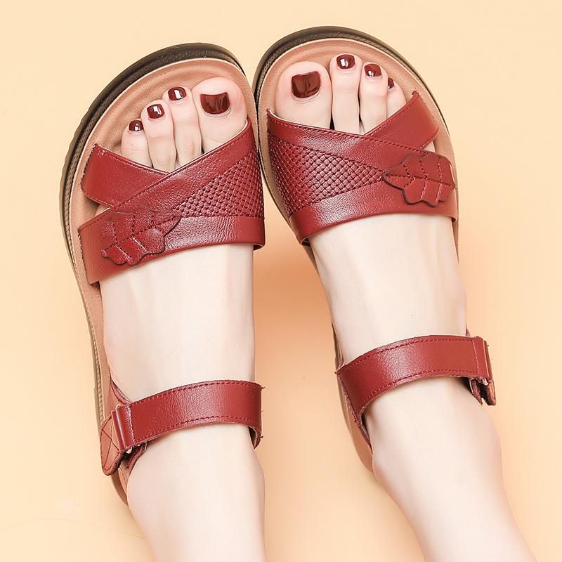 2021妈妈凉鞋真皮软底女夏季平底中老年凉鞋百搭防滑老人大码舒适