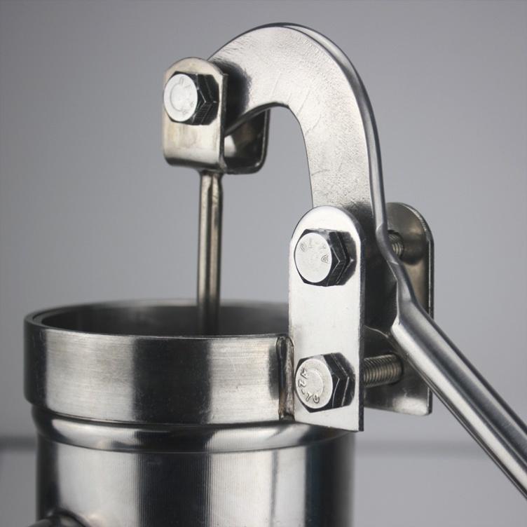 ポンプのポンプを振って水を吸い上げる器を家庭用固定棚に置いて、手動で旧式のポンプで頭を押して、農村の庭園に水を供給して、手を厚くします。
