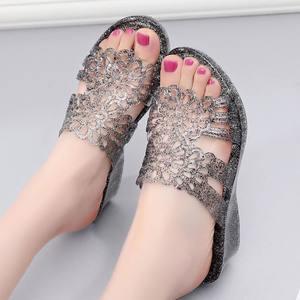 2019夏季新款韩版中跟妈妈鞋防滑坡跟中老年人熟胶软底凉拖鞋女式