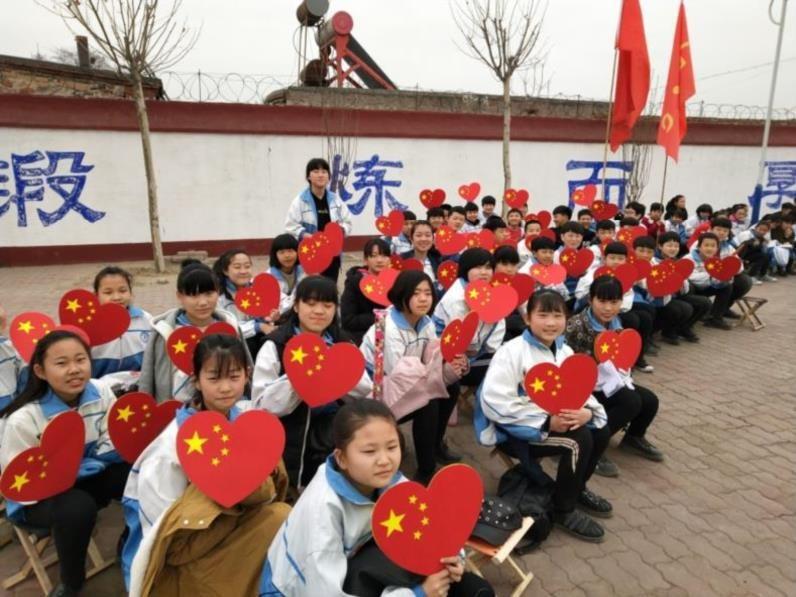 手持牌国庆节歌唱比赛道具爱国大合唱爱心手拿牌社区加油氛围国旗