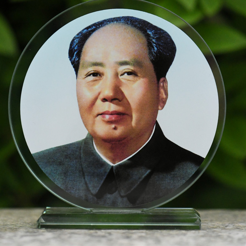 Post Mao Zedongs crystal head portrait and Chairman Maos portrait decoration
