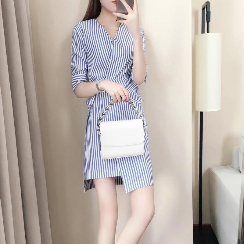 夏装2020年新款蓝白条纹连衣裙小心机夏季v领五分袖不规则衬衫裙