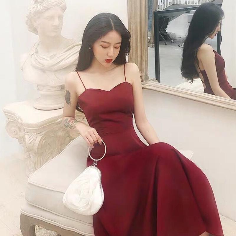夏天长裙搭配什么包:红色吊带长裙搭配