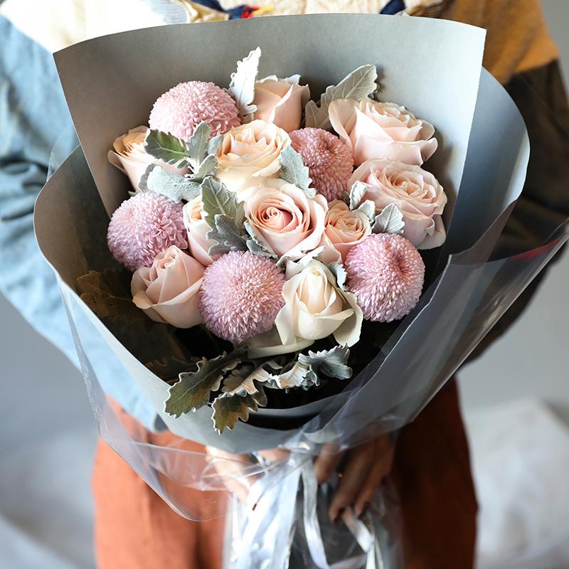 ピンクの花の花束とバラのカーネーションを混ぜてプレゼントします。