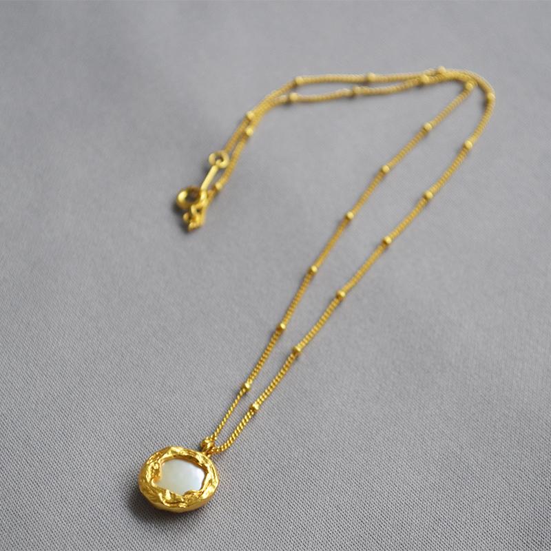 (用1元券)欧美小众INS复古雕刻金色vintage淡水巴洛克珍珠母贝圆牌短款项链