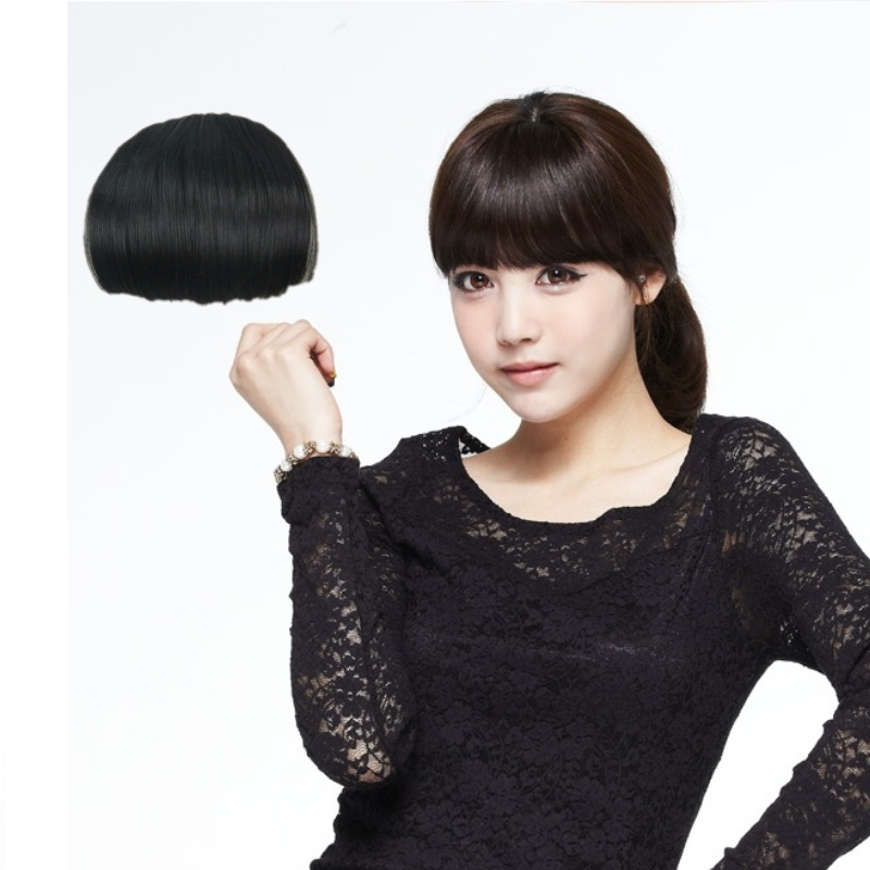 ぱっつん前髪のかつらの女性は空気をシミュレートして髪を伸ばします。