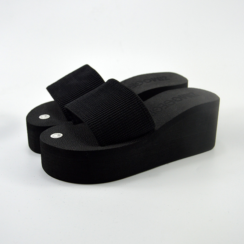 The slippers are all match, and the black slippers are lightweight and slippery.