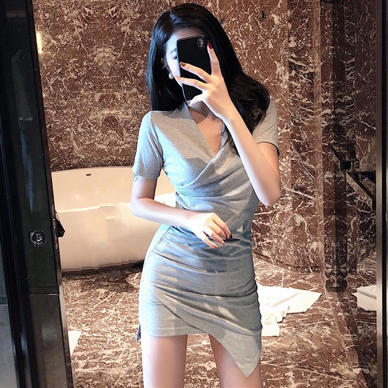 包臂连衣裙女2018新款心机裙子设计感夏季复古修身性感御姐范女装