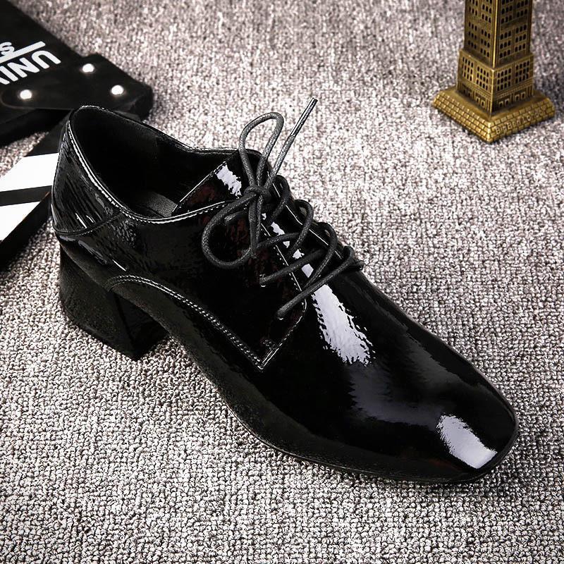 中粗跟方头网红漆皮小皮鞋 甩掉多余的装饰让系带别得更休闲
