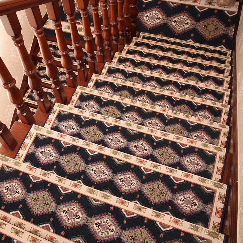 ヨーロッパ式の汚れ防止階段の踏み台家庭用ゴムフリー滑り止めマット。木の階段のじゅうたんに静かなマットが敷かれています。