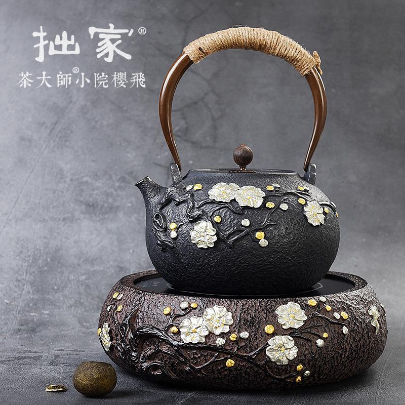 お茶の大家の小さい庭の桜は電気を飛んで陶の茶釜を煮て器の日本の南部の古い鋳鉄の壺の純粋な手製の銀の壺の銅の壺を煮ます
