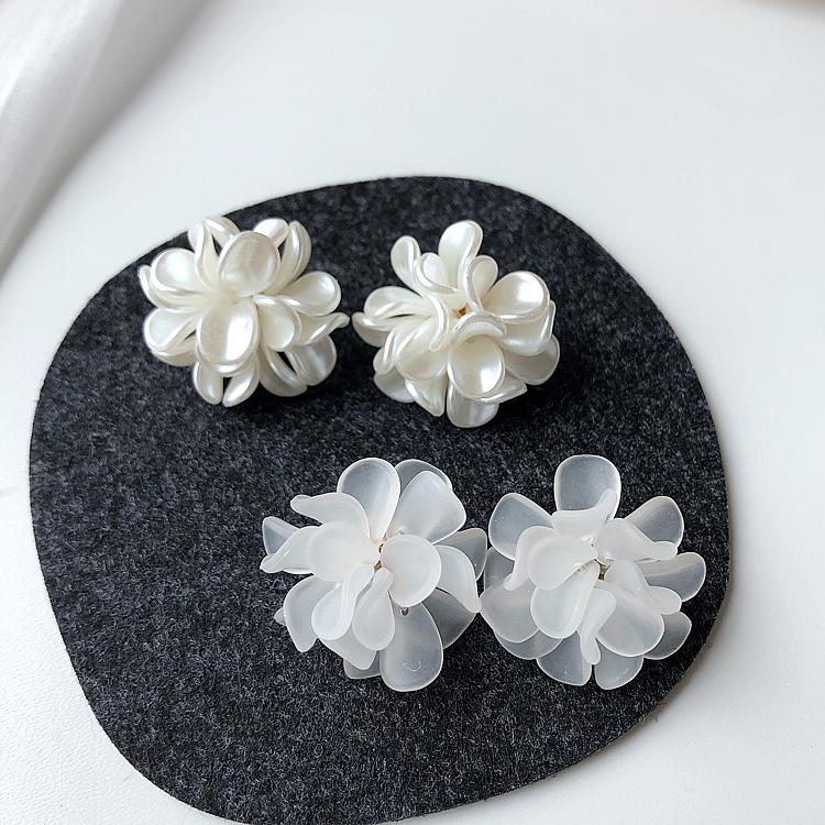 S925银针韩版白色花瓣手工耳环2020新款潮时尚甜美优雅耳饰耳钉女