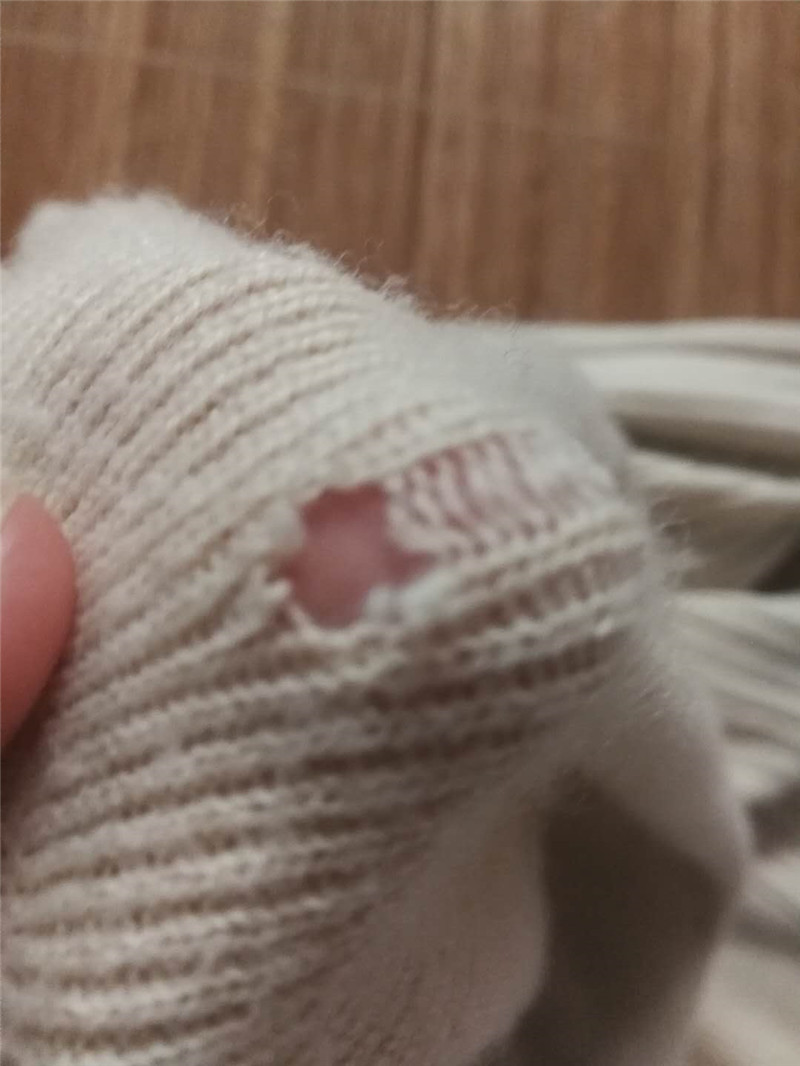Mend the damaged sweater and change it into a deformed one. Change the cuff collar at the bottom of the sweater into the high and low round chicken heart collar you like