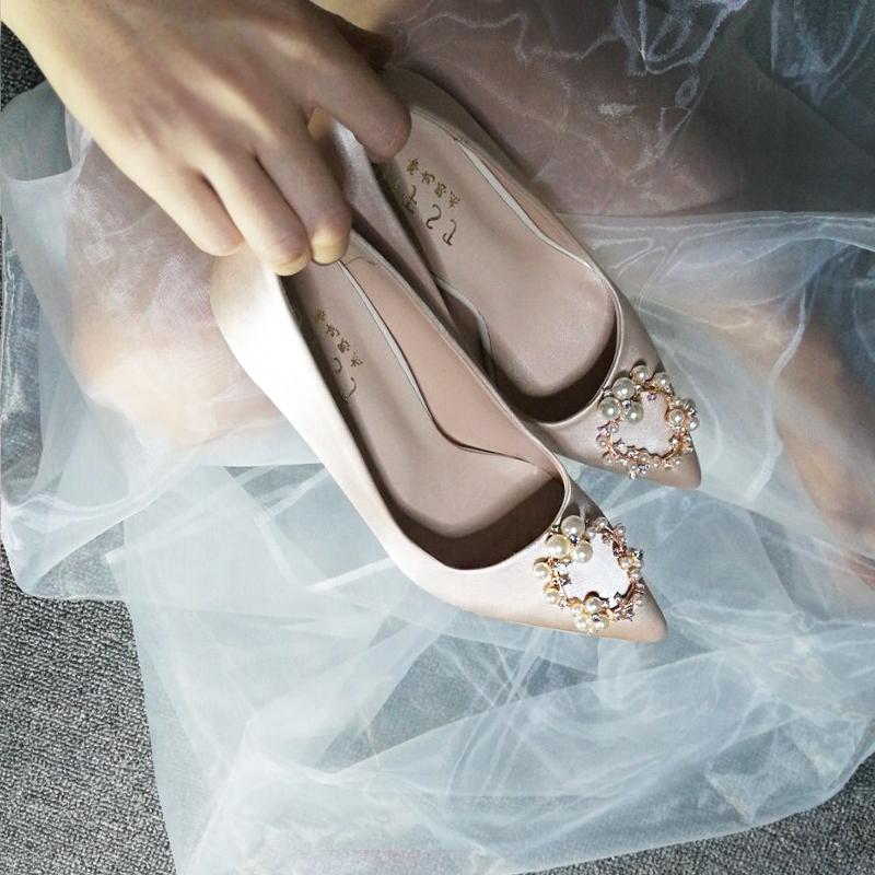 明るい色はウェディングベールをたたいてハイヒールのショー禾の靴の結婚靴の女性の2019新型の中国式花嫁靴のシャンパン色のバック娘の靴を照らします。
