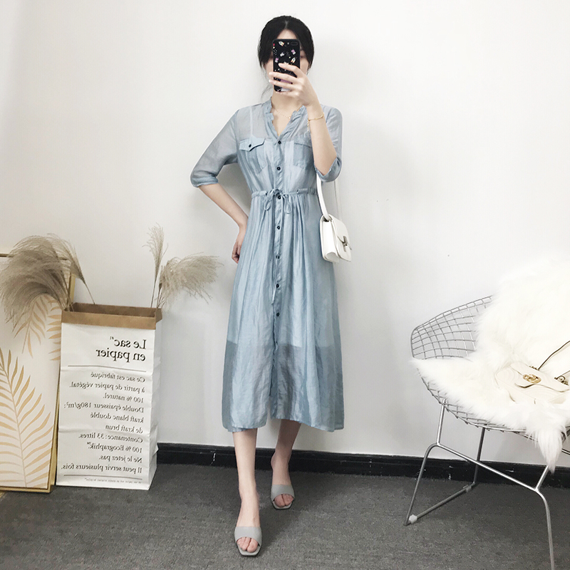 Kuang Zis summer dress looks thin and gentle with a waist. Its very retro. The long style of the shirt is very cool and cool