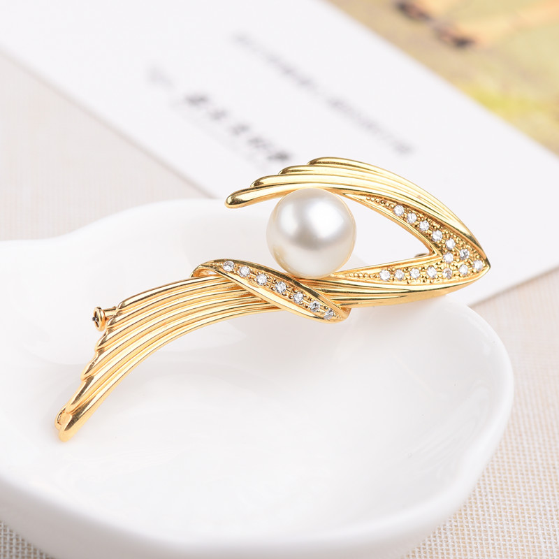 Natural Japanese sea pearl 18K gold with reverse diamond inlaid mother of pearl shell 11 points diamond luxury Brooch