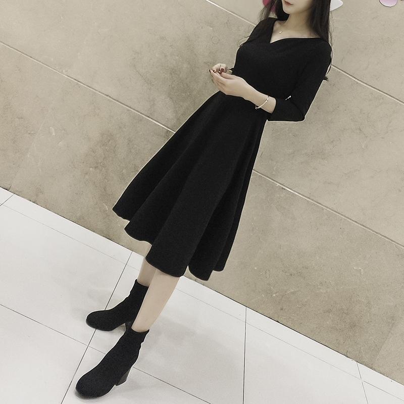 赫本小黑裙2021春夏新款气质显瘦收腰V领法式复古中长款连衣裙女